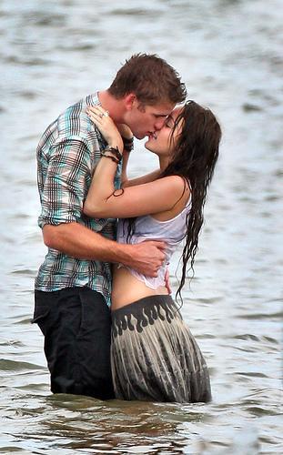 Foto Ciuman Mesra di Pantai   Hot Kiss Photos