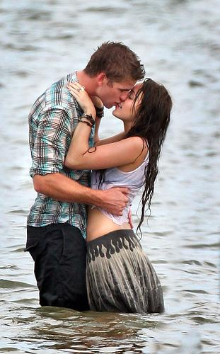 Foto Ciuman Mesra di Pantai | Hot Kiss Photos