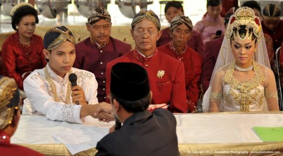 Foto Prosesi Akad Pernikahan Pengantin Muslim Islami dalam Risti & Devit Wedding, photo by POETRAFOTO Photography Yogyakarta Indonesia