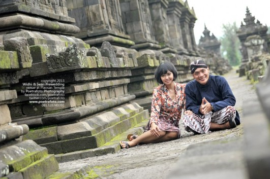 Foto Engagement Outdoor Photoshoot for Widhi+Iwan at Candi Plaosan Temple Jogja