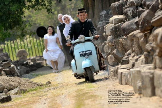 Foto PreWedding Vintage Vespa Outdoor Photo for Norma & Soni Wedding