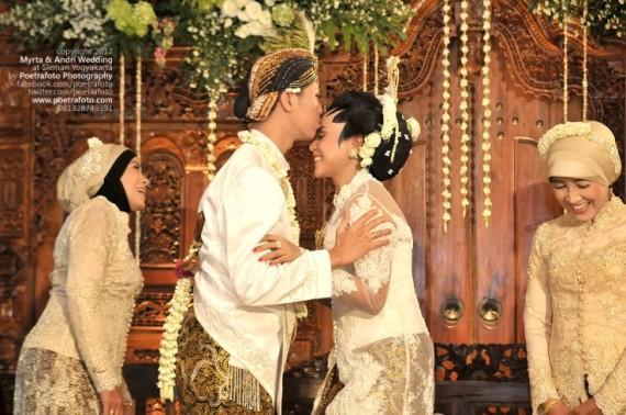 Foto Candid Ciuman Pertama Pernikahan Myrta & Andri Wedding Photo di Sleman Jogja