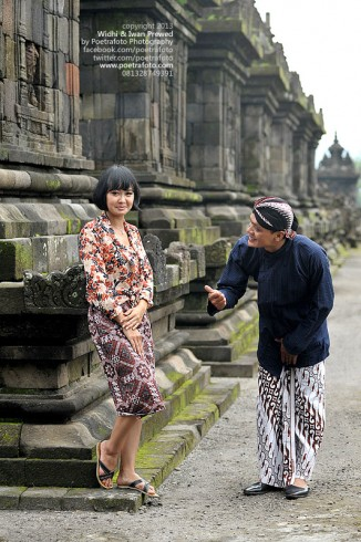 Foto Prewed Pre Wedding or Javanese Engagement Photo for Widhi & Iwan at Candi Plaosan Temple Klaten Jawa Tengah